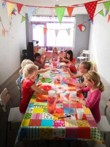 verjaardagsfeestje-eten-en-drinken